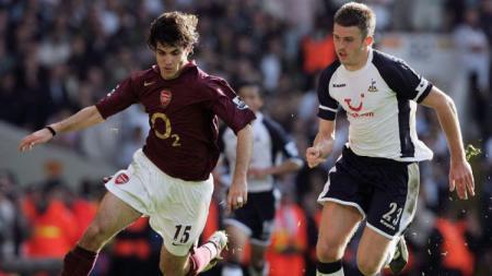 Cesc Fabregas (kiri) saat membela Arsenal dan Michael Carrick saat membela Tottenham - INDOSPORT
