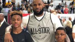 Indosport - LeBron James bersama dua anak laki-lakinya.