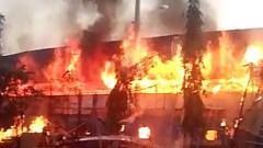 Indosport - Situasi kebakaran Stadion Surajaya.