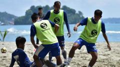 Indosport - Pemain Persib dalam sesi latihan di pantai hamadi, Jayapura.