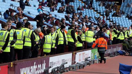 Pelayan Stadion Anfield Membantu Orang-orang di Supermarket Selama Lockdown - INDOSPORT