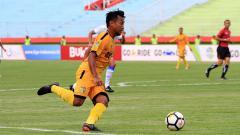 Indosport - Pemain Bhayangkara FC, Hargianto sedang membawa bola.
