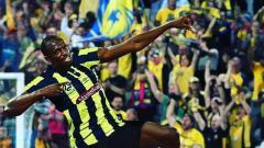 Indosport - Pelari tercepat, Usain Bolt pasca mencetak gol.
