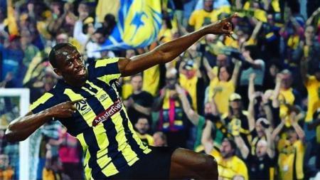 Pelari tercepat, Usain Bolt terlihat bermain bola - INDOSPORT