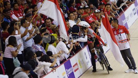 Atlet Para Cycling Indonesia, M. Fadli Immamuddin mendapat kecupan hangat dari istri dan anaknya usai mengalahkan atlet Malaysia, Mohd Najib pada babak final Men's Individual Pursuit 4000M di Jakarta International Velodrome, Jumat (12/10/18). M. Fadli ber