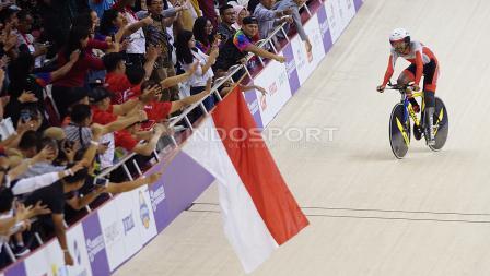 Atlet Para Cycling Indonesia, M. Fadli Immamuddin mendapat pelukan dari penonton usai mengalahkan atlet Malaysia, Mohd Najib pada babak final Men's Individual Pursuit 4000M di Jakarta International Velodrome, Jumat (12/10/18). M. Fadli berhak atas raihan