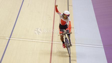 Selebrasi atlet Para Cycling Indonesia, M. Fadli Immamuddin usai mengalahkan atlet Malaysia, Mohd Najib pada babak final Men's Individual Pursuit 4000M di Jakarta International Velodrome, Jumat (12/10/18). M. Fadli berhak atas raihan medali emas.