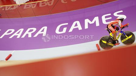 Atlet Para Cycling Indonesia, M. Fadli Immamuddin mendapat arahan dari pelatihnya saat tampil melawan atlet Malaysia, Mohd Najib pada babak final Men's Individual Pursuit 4000M di Jakarta International Velodrome, Jumat (12/10/18). M. Fadli berhak atas rai