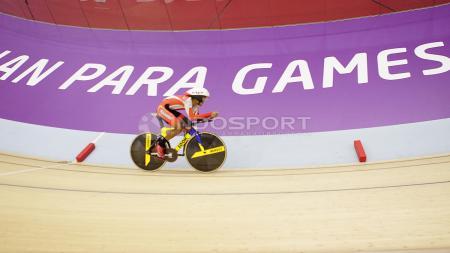 Aksi atlet Para Cycling Indonesia, M. Fadli Immamuddin pada babak final Men's Individual Pursuit 4000M di Jakarta International Velodrome, Jumat (12/10/18). M. Fadli berhak atas raihan medali emas. - INDOSPORT