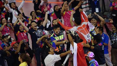 Kegembiraan atlet Para Cycling Indonesia, M. Fadli Immamuddin bersama para volunter, suporter, dan ketua Inapgoc Raja Sapta Oktohari merayakan keberhasilan M. Fadli mengalahkan atlet Malaysia, Mohd Najib pada babak final Men's Individual Pursuit 4000M di