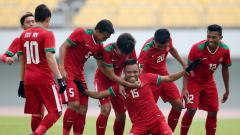 Indosport - Skuat Timnas Indonesia U-19 merayakan gol yang dicetak oleh Saddil Ramdani.