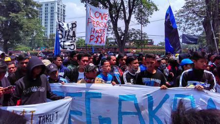 Ribuan orang yang tergabung dari berbagai elemen Bobotoh menggelar aksi bertajuk di depan Gedung Jalan Diponogoro, Kota Bandung pada beberapa hari kemarin. - INDOSPORT