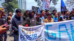 Indosport - Ribuan orang yang tergabung dari berbagai elemen Bobotoh menggelar aksi bertajuk di depan Gedung Jalan Diponogoro, Kota Bandung.