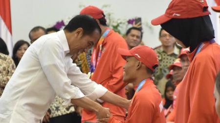 Presiden Joko Widodo memberikan apresiasi kepada atlet-atlet Asian Para Games 2018. - INDOSPORT