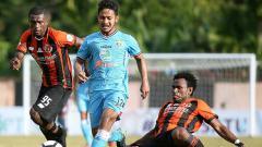 Indosport - Situasi pertandingan Perseru Serui vs Persela Lamongan.