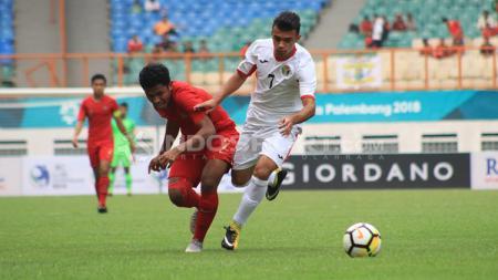 Perebutan bola di lini tengah dalam laga Timnas Indonesia U-19 vs Yordania U-19. - INDOSPORT
