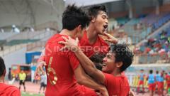 Indosport - Skuat Timnas merayakan gol