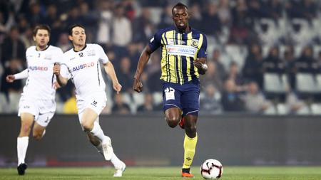 Pelari asa Jamaika, Usain Bolt saat bermain sepak bola. - INDOSPORT