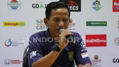 Indosport - Pelatih Persebaya Surabaya, Djajang Nurdjaman saat konfrensi pers pasca laga kontra Borneo FC.
