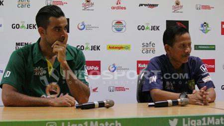 Djanur dan Otavio Dutra saat konfrensi pers usai laga Persebaya Surabaya vs Borneo FC. - INDOSPORT