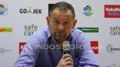 Indosport - Dejan Antonic dan Nadeo Arga Winata saat konfrensi pers pasca laga kontra Persebaya Surabaya.