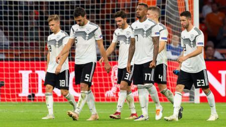 Para pemain Timnas Jerman tertunduk usai takluk 3-0 dari Belanda. - INDOSPORT