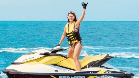 Aksi Maria Selena saat ia kemudikan jetski. - INDOSPORT