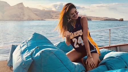 Foto menantang Maria Selena di salah satu pantai dengan mengenakan kaos Los Angeles Lakers. - INDOSPORT