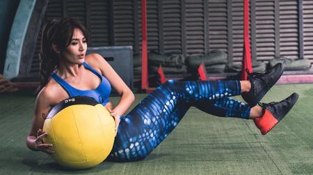 Maria Selena melakukan olahraga angkat beban berat 5 kg. - INDOSPORT