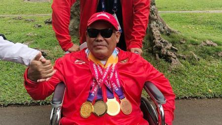 Edy Suryanto, pecatur tuna netra peraih tiga medali emas dan satu perunggu di ajang Asian Para Games 2018 seusai menerima bonus dari Presiden Joko Widodo di Istana Kepresidenan Bogor, Jawa Barat, 13 Oktober 2018. - INDOSPORT