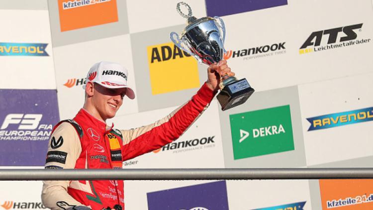 Mick Schumacher saat merayakan kemenangan. Copyright: Getty Images