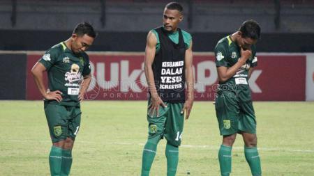 Pemain Persebaya menunduk lesu usai kalah lawan Borneo FC. - INDOSPORT