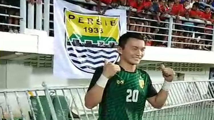 Kosin Sinthaweechai menghampiri Bobotoh usai menang atas Trinidad & Tobago (14/10/18) Copyright: Twitter/@ThaiFootballs
