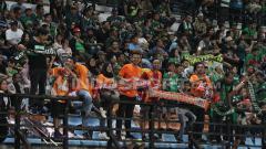Indosport - Bonek dan Pusamania berbaur dalam satu tribun saat laga Persebaya Surabaya vs Borneo FC.