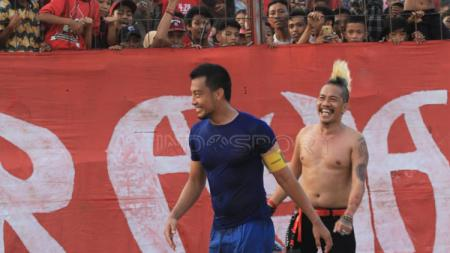 Kapten Arema FC, Hamka Hamzah, datangi panglima Laskar Ayam Jantan. - INDOSPORT