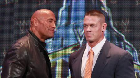 Dwayne 'The Rock' Johnson (kiri) ketika bersama John Cena dalam sebuah kesempatan. - INDOSPORT