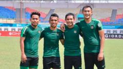 Indosport - Andik Vermansah, Irfan Jaya, Evan Dimas, dan Hansamu Yama saat latihan bersama Timnas Indonesia jelang melawan Hong Kong.