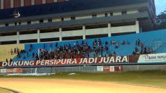 Indosport - Laga Persipura vs Persib, Viking Papua Hadir Tanpa Atribut.