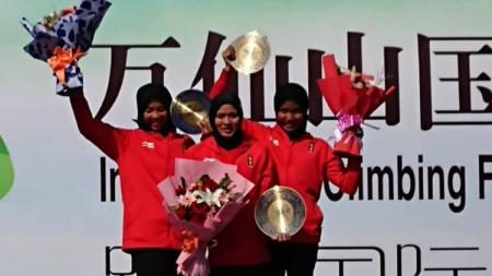 Aries Susanti meraih medali emas dalam turnamen panjat tebing International Climbing Master Tournament di Wan Xian Xiang, China. - INDOSPORT