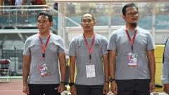 Indosport - Kurniawan Dwi Yulianto (tengah) sukses melakukan debut manis sebagai pelatih baru Sabah FA dengan membungkam runner up Liga Filipina.
