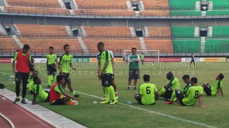 Pelatih Persebaya Surabaya, Djajang Nurdjaman (Djanur) saat mengevaluasi pemainnya. - INDOSPORT