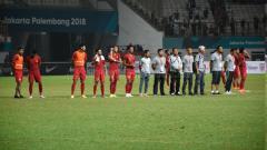 Indosport - Para pemain Timnas Indonesia berkumpul di tengah lapangan usai melawan Hong Kong.