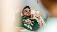 Indosport - Kondisi terbaru Robertino Pugliara usai jalani operasi tulang betis, Selasa (18/10/18).