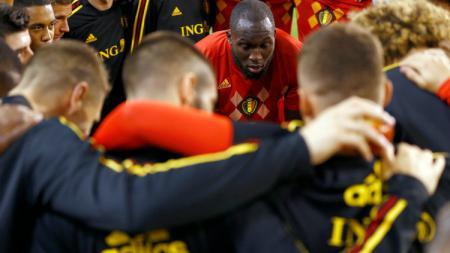 Romelu Lukaku saat berbicara kepada rekan setimnya jelang laga Belgia vs Belanda. - INDOSPORT