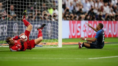 Manuel Neuer (kiri) geram dengan Bayern Munchen yang mendatangkan penggantinya dan membuka peluang bergabung dengan Juventus - INDOSPORT