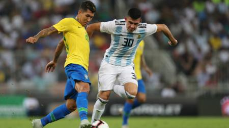 Rodrigo Battaglia mencoba keluar dari pengawalan para pemain lawan di laga Argentina vs Brasil. - INDOSPORT