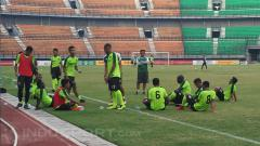 Indosport - Djanur mendampingi tim Persebaya latihan.