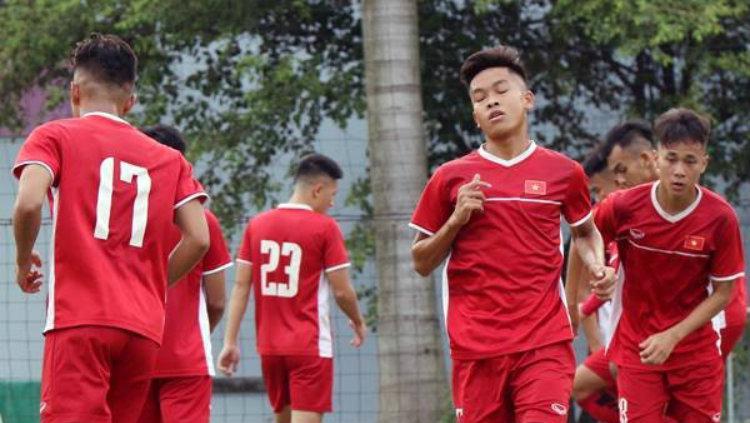 Pemain Vietnam U-19 berlatih di Bekasi jelang Piala AFC U-19 2018. Copyright: bongda
