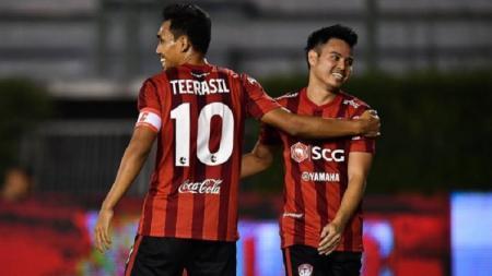 Theerathon Bunmathan (kanan) sudah bisa memperkuat Thailand di laga kontra Uni Emirat Arab dalam lanjutan Kualifikasi Piala Dunia 2022. - INDOSPORT