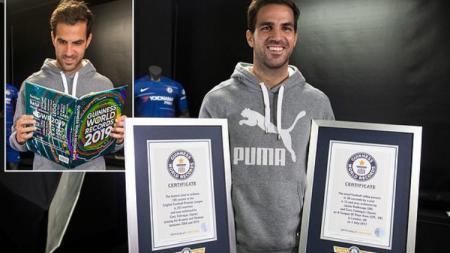 Cesc Fabregas berpose dengan buku dan sertifikat Guinness World Records 2019. - INDOSPORT